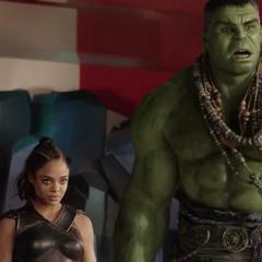 Hulk observa cómo Thor abandona el edificio.