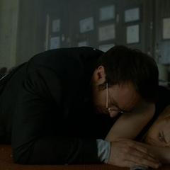 Murdock protege a Page durante el tiroteo.