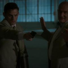 Fennhoff le ordena a Sousa matar a Thompson.