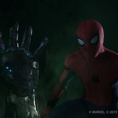 Parker viendo la mano del difunto Stark salir de su lápida.