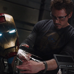 Stark repara el casco del Mark VI.