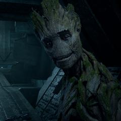 Groot le sonríe a Drax y a Quill después de derrotar a los Sakaarianos.