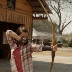 Lila fija su objetivo antes de lanzar la flecha.