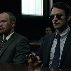 Murdock defiende a John Healy en la corte.