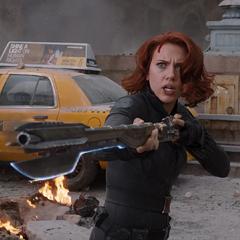 Romanoff utiliza un bastón Chitauri para pelear.