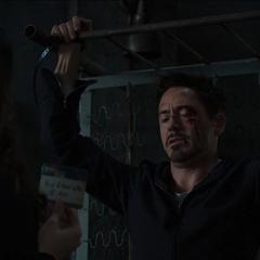 Stark se reune con Hansen en su cautiverio.