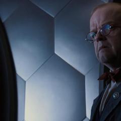 Zola ve a los hombres de Hitler discutir con Schmidt.