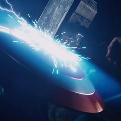 Rogers usa su escudo para protegerse del Mjolnir.