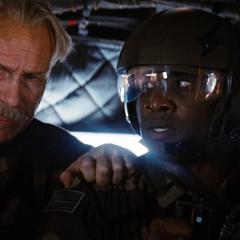 Ross ordena a su soldado atacar a Blonsky para ayudar a Hulk.