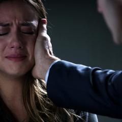 Skye enterándose de la verdad por Coulson.