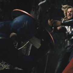 Thor a punto de golpear el escudo de Rogers con el Mjolnir.