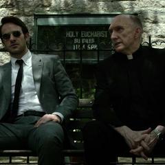 Murdock habla con el padre Lantom.