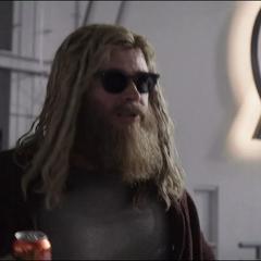 Thor bebiendo una cerveza en el Centro de los Nuevo Vengadores.