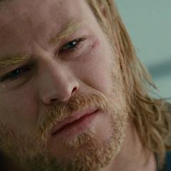 Thor llora la pérdida de su padre.