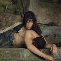Banner permanece dormido en las montañas mientras Elizabeth lo observa.