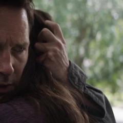 Cassandra abraza a Scott después de muchos años.