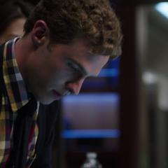 Fitz inhabilitando el sistema de seguridad de Quinn.