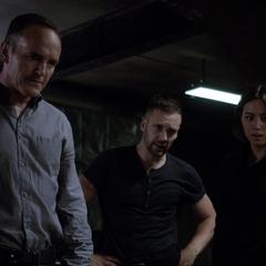 Johnson, Coulson y Hunter tras separar a Fitz del Monolito.