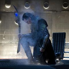 Loki llega a la Tierra por medio de un agujero de gusano.