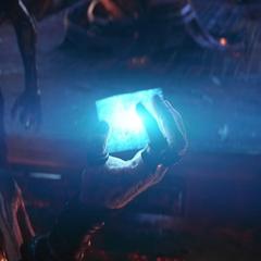 Maw le entrega a Thanos el Teseracto.