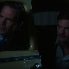 Jarvis y Stark tras atropellar a Cully.