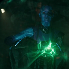 Nebula persigue a Gamora en un combate aéreo.