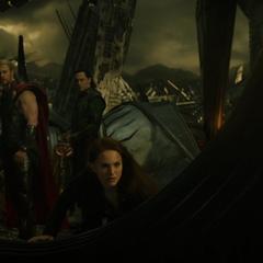 Foster, Thor y Loki llegan a Svartalfheim.