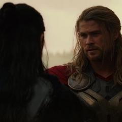 Thor le sugiere a Hogun quedarse con su pueblo.
