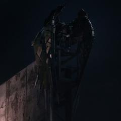Toomes esperando a que el avión de carga de Industrias Stark despegue de la Torre de los Vengadores.