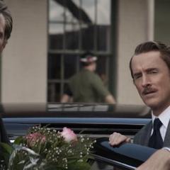 Stark y Jarvis observan a Potts antes de marcharse.