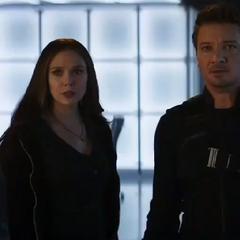 Wanda y Barton a punto de enfrentar a Visión.