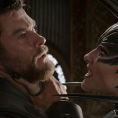 Hela intenta hacer que Thor se siente menos que ella.