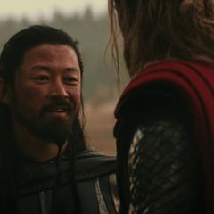 Hogun le agradece a Thor permitirle quedarse.
