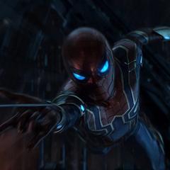 Parker lanza su telaraña para salvar a Strange.