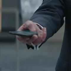Pierce activa los dispositivos ocultos en los miembros del Consejo para eliminarlos.