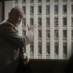Fennhoff habla con Dooley sobre los rascacielos.