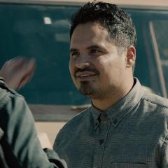 Luis conversa con Lang antes de partir a casa.