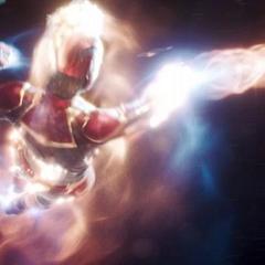 Danvers le dispara explosiones fotónicas a las naves de los Acusadores.