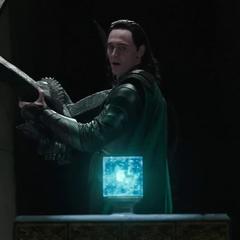 Loki es tentado a robar el Teseracto.