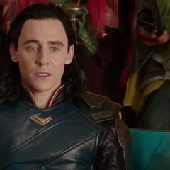 Loki sorprendido por ver al Gran Maestro hacer trampa para que Thor pierda el combate.