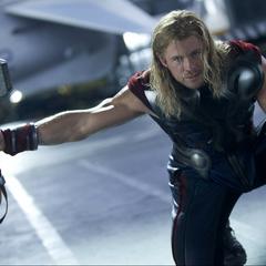 Thor invoca el Mjolnir para atacar a Hulk.