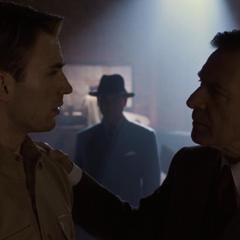Brandt le ofrece a Rogers interpretar al Capitán América.
