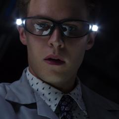 Fitz examina el ojo cibernético de Amador.