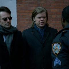 Murdock y Nelson hablan con Brett Mahoney.