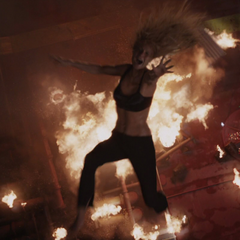 Potts cae al fuego tras no ser alcanzada por Stark.
