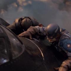 Rogers pelea en la parte superior de la aeronave.