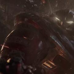 Banner en el Hulkbuster sostiene la mano izquierda de Thanos.