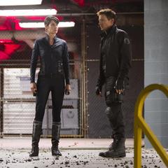 Hill se encuentra con Barton controlado por Loki.