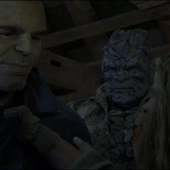 Korg escucha la conversación de Banner y Thor.