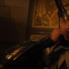 Loki escucha a Thor desde su trono.